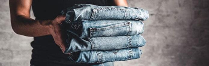 Lavar calça jeans em lavanderia